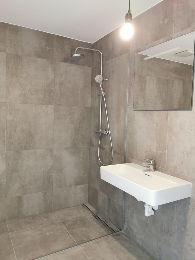 INNENANSICHTEN - Top3_Badezimmer_mit_Walk-in-Dusche