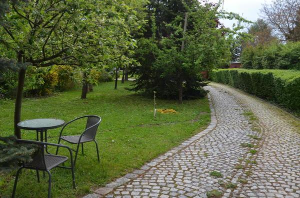 AUSSENANSICHTEN - Parkanlage-Einfahrt zum Haus