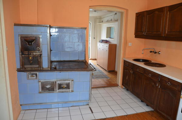INNENANSICHTEN - Altbau-Küche Blick zum Eingang