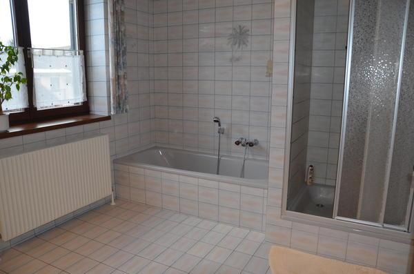 INNENANSICHTEN - Bad mit Wanne und Dusche
