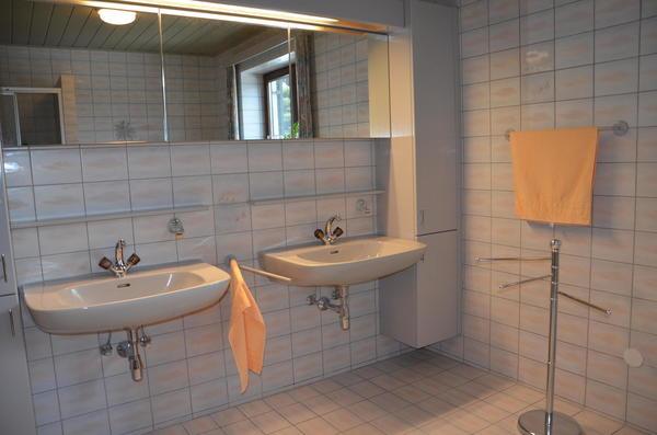 INNENANSICHTEN - Bad mit Doppelwaschtisch