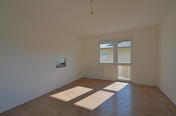INNENANSICHTEN - Wohnzimmer mit Balkon